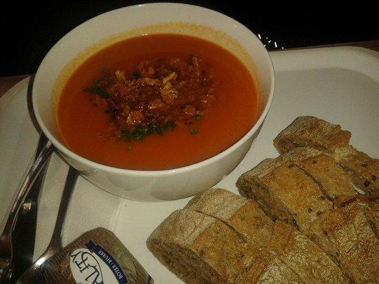 Soup'R: Sopa de tomate con cebolla crujiente y ajetes