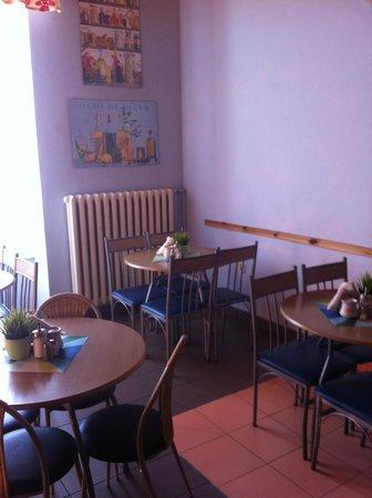 The Secret Garden Hostel: Communal dining area