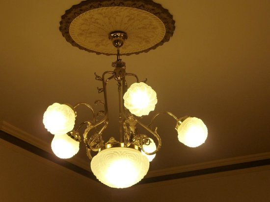 Glenferrie Hotel: Bedroom chandelier