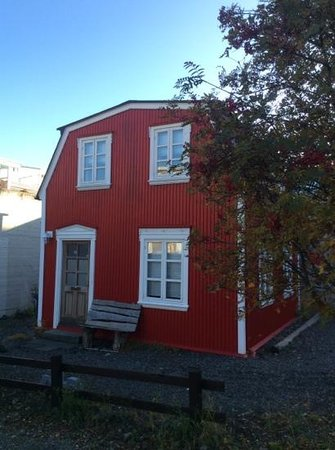 Luna Apartments : little red house
