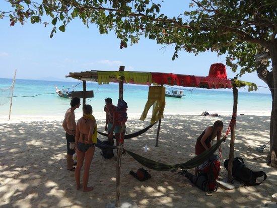 Rantee Sunrise Hotel: Strand direkt vor dem Bungalow