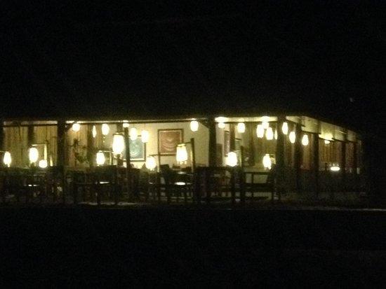 SriLanta Resort: Restaurant at night