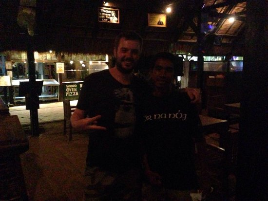 Tir Na Nog Restaurant: My bf with our best server on Gili T!!!