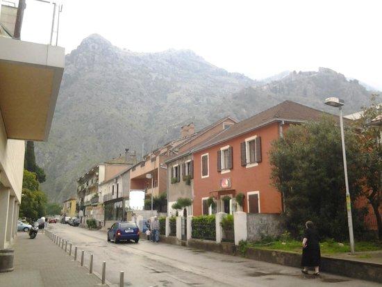 Tianis Apartments: Улица, на которой располагается отель