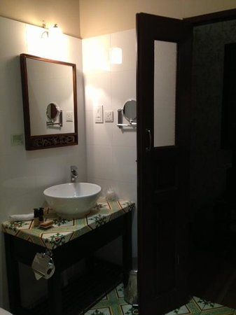 Colonial Room's bathroom