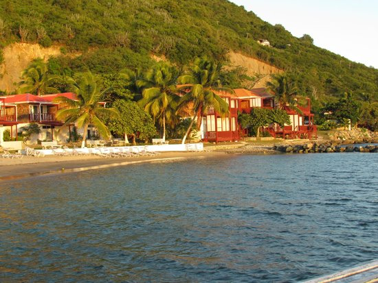 Fort Recovery Beachfront Villa & Suites Hotel: Looking at the resort from the end of the dock