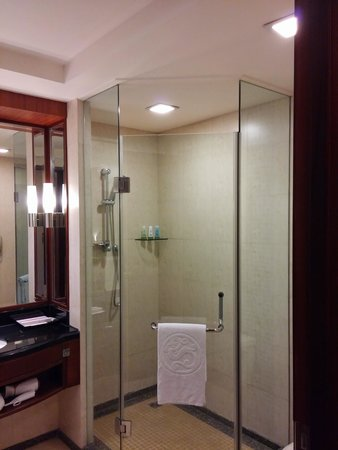 Ramada Beijing North: Bathroom with tub