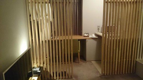 Hotel & Residence Roppongi: デスクワークもしっかり出来ます。残念なのは2階だったのでカーテンを開けると。。。。