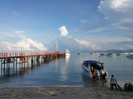 Searobin Dive Center: The pier and dive boat to Koh Tao