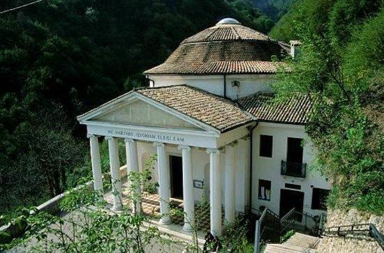 Crespano del Grappa, Italy: Madonna del Covolo