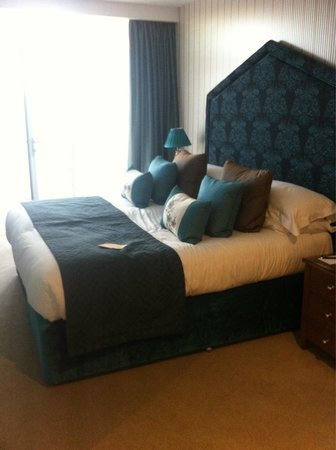 The Oxfordshire Golf Club & Hotel: Massive bed in suite