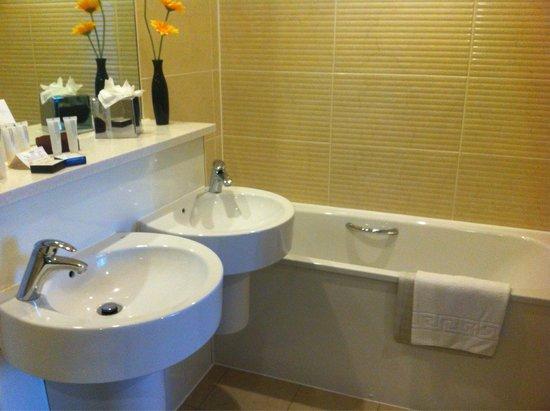 The Oxfordshire Golf Club & Hotel: Nice bathroom