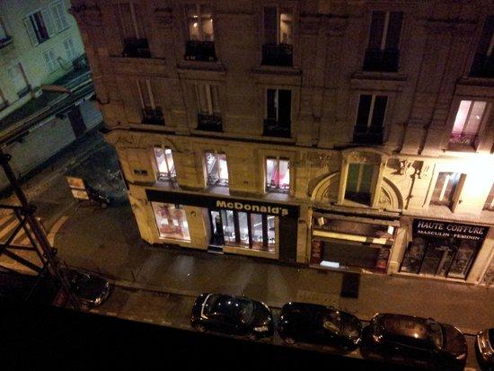 Montmartre Clignancourt: Вид из окна ночью