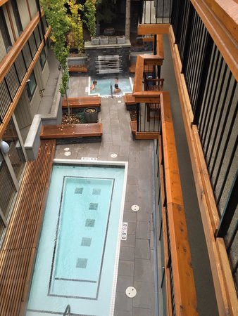 Banff Aspen Lodge : View on hot outdoor spa