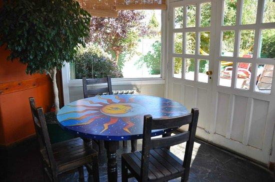Green House Hostel Bariloche: door to the garden