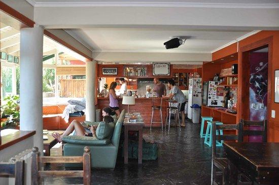 Green House Hostel Bariloche: Kitchen during brakfast (included)