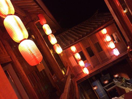 Lijiang Spiritual Utopia Hotel : 很喜欢客栈的红灯笼~古色古香~~特别是晚上出去逛完古城回来的时候,看到这一串串红灯笼,就像家人为晚归的你留了盏回家的灯,暖暖的,很温馨~能在丽江古城里指引我们回家的路哦~