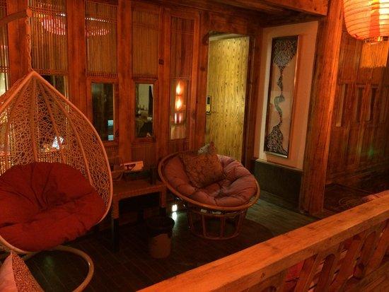 Lijiang Spiritual Utopia Hotel : 超级超级喜欢的客栈二楼的过道阳台!云南的天空特别的蓝,晚上能看到好多好多星星,所以,偶尔坐下来看看天也是我在丽江最喜欢做的事情~早上可以慢悠悠地窝在藤椅里晒晒太阳、看看书、听听音乐、喝喝茶、数