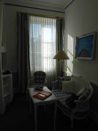 Hotel Der Kleine Prinz: Each room also had a sitting section.