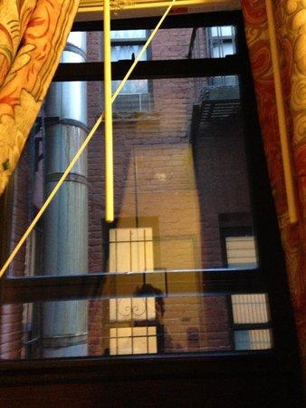 Hotel Newton: fenêtre, il manque plus que les barreaux
