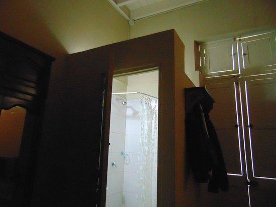 Residencial Miraflores B&B: BAño, sin techo ventila a la habitacion.Tamaño baño
