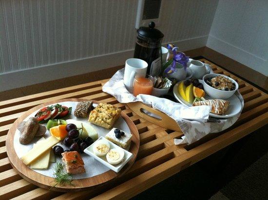 Ocean Point Inn & Spa: Unbelievable breakfast served in our room.
