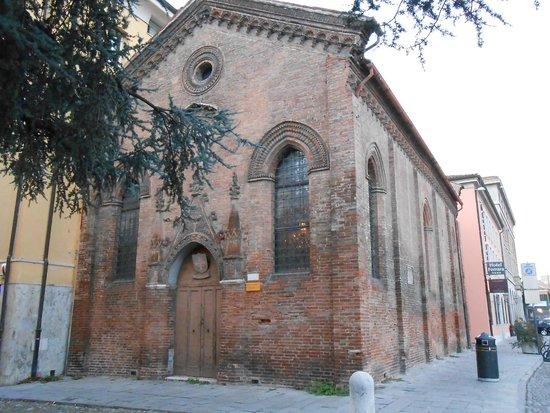 Ferrara, Italie : chiesetta di S. Giuliano, adiacente la piazza del Castello
