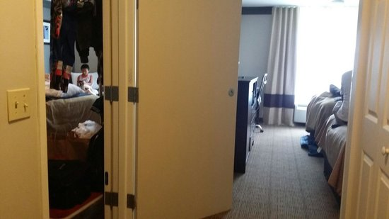 Comfort Inn & Suites Near Universal - N. Hollywood - Burbank: Left is king size bed, right is 2 queen bed for family room. There is only 1 exit door. Behind m