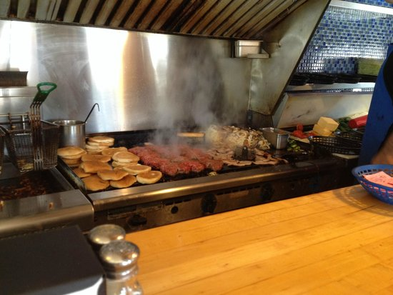 Nic's Grill: Packed grill