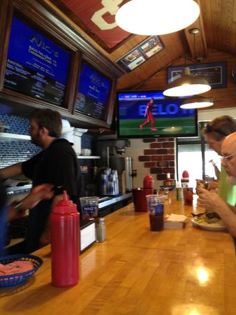 Nic's Grill: Looking down the bar