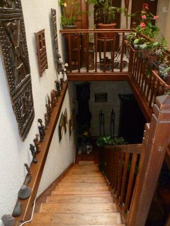 Puynormand, France : Escalier desservant les chambres Angola et la Taverne des écureuils