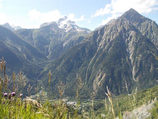 Les Deux Alpes : Die Bergwelt ist nur durch wenige Baulücken zu sehen