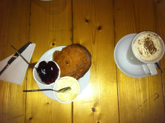 Charlie Friday's: Fruit scone and hot chocolate