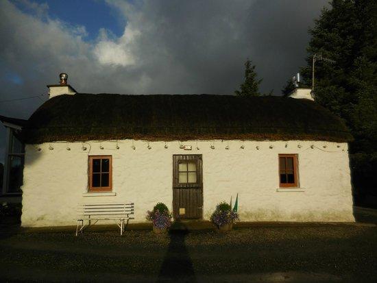 Teach Ceann Tui: The thatched building.