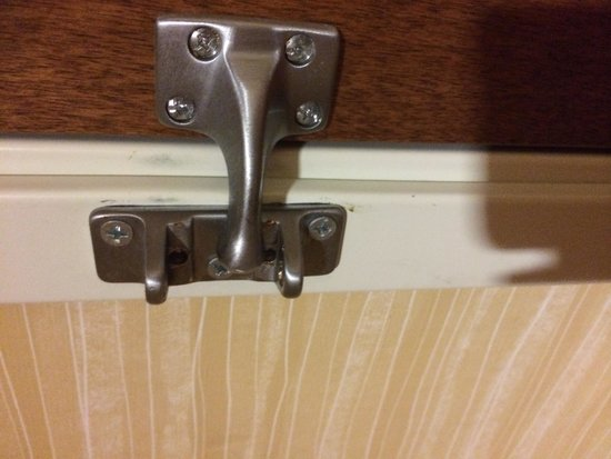 Fairfield Inn & Suites Watervliet St. Joseph : Swing arm gone on lock