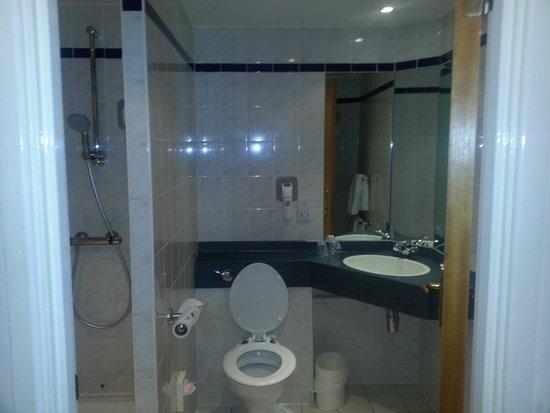 Ibis Preston North: Bathroom