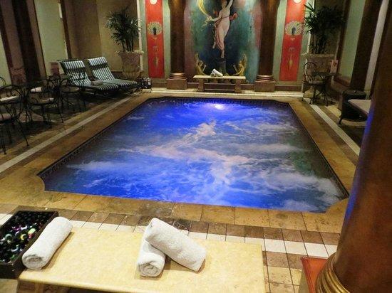 Octavia's Sensorium Day Spa: Heated Roman bath.