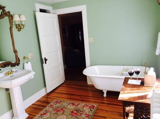 Pinecrest Bed & Breakfast : Loved this bathroom with standing shower and tub and space!
