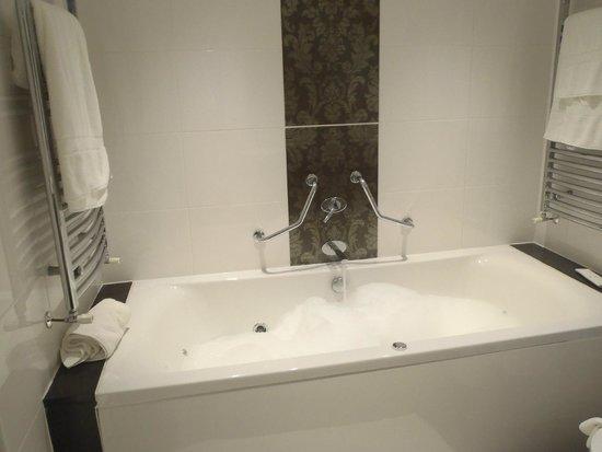 Stonegarth Guest House: Jacuzziiiii bath!