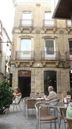 Restaurante La Imprenta : Fachada del edificio y mesas en la puerta
