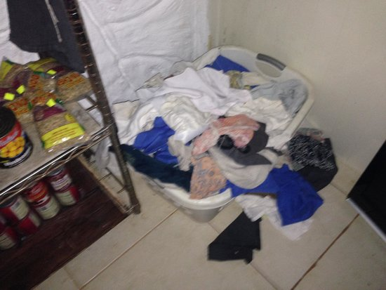 Popa Paradise Beach Resort: Dirty laundry in the kitchen