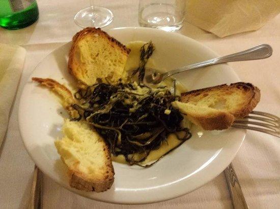 San Biagio: Cicoria di campo  con crema di fave e pane croccante