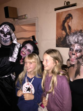 Bodega Tapas Bar: Brilliant atmosphere Halloween, fab food, wine & tapas
