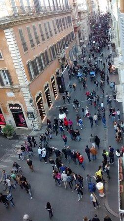 Hotel Del Corso: View of the Via del Corso from our room