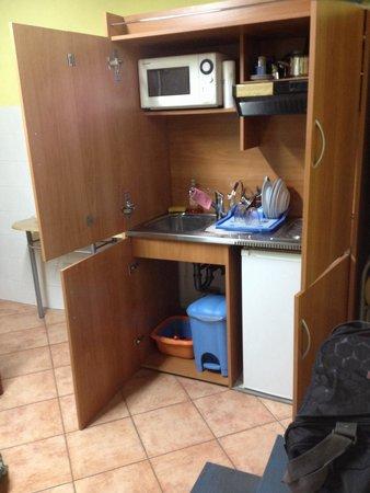 Piccolo Hotel Chianti: Angolo cottura nascosto da un apparente armadio.