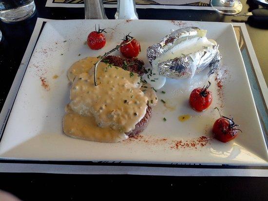 Restaurant du Lac: Entrecôte au poivre avec une pomme de terre en robe des champs à la crème et ciboulette