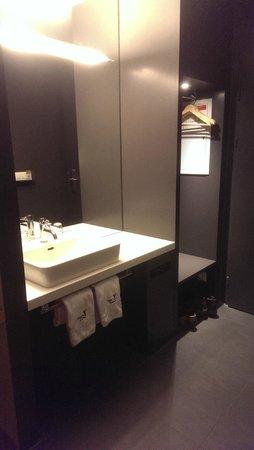 Generation YMCA Hostel: Lavabo discreto, molto pratico.