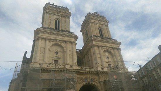 Cathedrale Sainte Marie : La façade encore en rénovation.