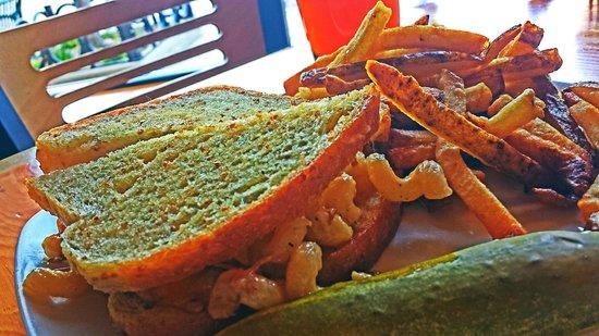Appleton Beer Factory: Beer & Bacon Mac & Cheese Sandwich