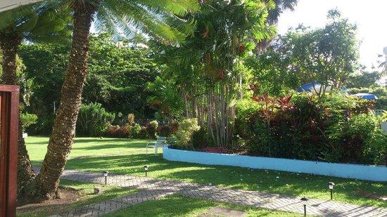 The Palm Garden Hotel: Jardim na frente do apartamento no Hotel Palm Garden